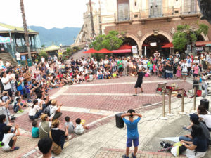 ポルトヨーロッパ和歌山マリーナシティでミスターウキウキのショーの様子
